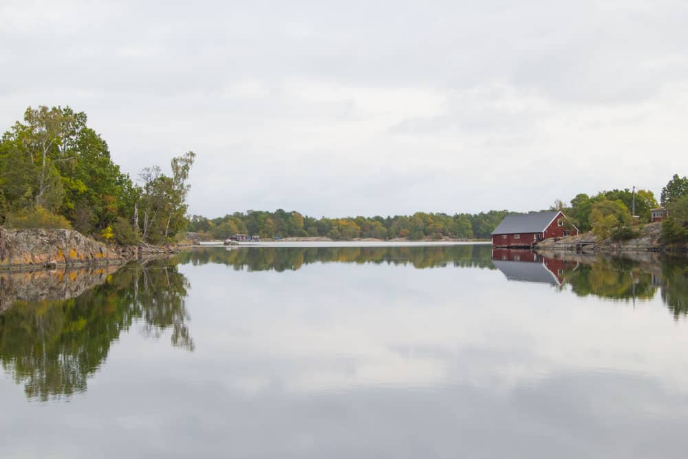 Lasse Nilsson van Idö Skärgårdsliv nam ons mee op een prachtige boottocht langsheen tientallen eilandjes in de wondermooie archipel van Västervik.