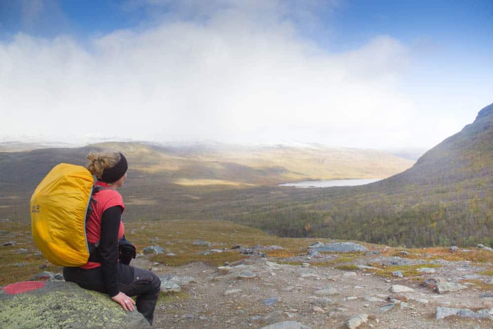 """Genieten van een vergezicht langsheen de wandeling """"Kungsleden"""" in Lapland."""